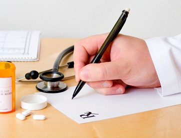 Врач выписывает рецепт на лечение бронхита антибиотиками