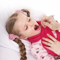Осмотр миндалин у ребенка